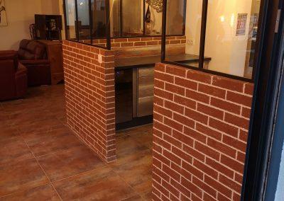 décoration imitation briques soubassement verrière