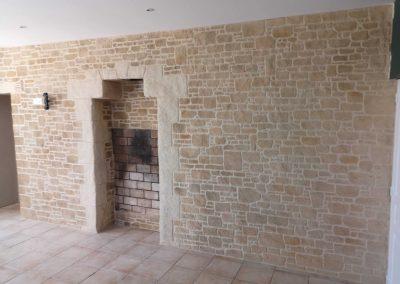 Décoration imitation pierre d'une pièce de vie à Cholet